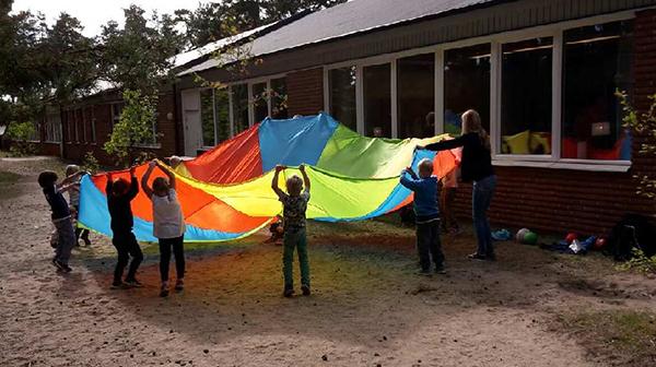 Barn med fallskärm